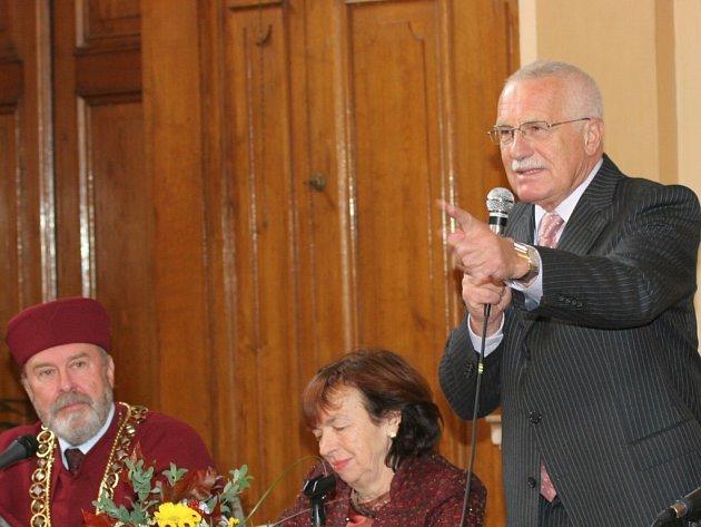 Prezident Václav Klaus hovoří v aule Vysoké školy polytechnické. Zcela vlevo naslouchá rektor VŠP Ladislav Jirků, uprostřed sedí paní Livia Klausová.
