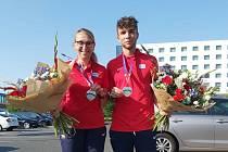 Sprinter Eduard Kubelík po úspěšném evropském šampionátu s trenérkou Evou Suchou.