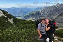 Mladí snoubenci si oblíbili horskou turistiku.