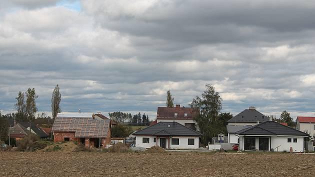 Do nových rodinných domů se již brzy nastěhují jejich majitelé.