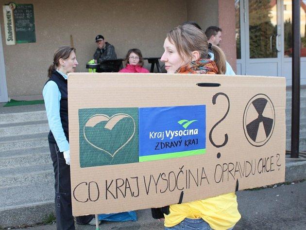 V Brzkově uklízeli a protestovali