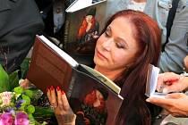 Slavná návrhářka. Blanka Matragi přijela pokřtít kalendář Kraje Vysočina s tématem řemesel.