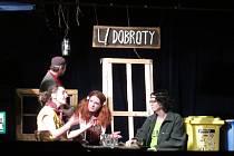 Aktéři divadelní hry během premiérového vystoupení v Dolní Cerekvi.