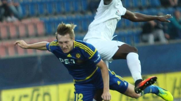 Patřil k oporám. Jihlavský záložník David Štěpánek (v modrém) odehrál na hřišti Slovácka povedený zápas, přestože v týdnu absolvoval kvůli nemoci pouze jeden trénink.