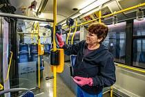 Dezinfekce vozů hromadné dopravy v Jihlavě.