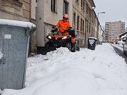 Odklízení sněhu pomocí čtyřkolek v ulicích Jihlavy.