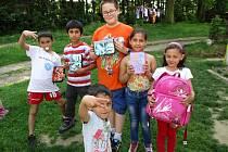 Děti z lokality Hrádek u Pacova na Pelhřimovsku dostaly díky sbírce s názvem Postní almužna hned několik dárků. Ty jim pomohou usnadnit školní povinnosti, šlo totiž o nové aktovky, penály a další pomůcky, které využijí při svém dalším vzdělávání.