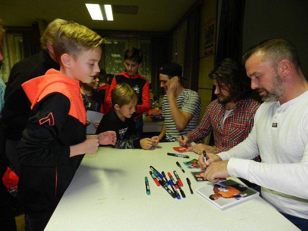 Jaromír Blažek předával ceny, a také rozdával autogramy.