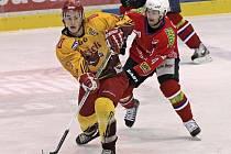 Hokejisté Třebíče (v červených dresech) i Jihlavy se včera v duelu se severočeskými týmy radovali z výhry.
