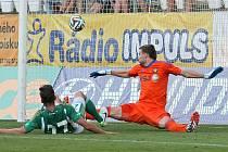 Brankář Jan Hanuš bezmocně sleduje, jak míč letí za jeho záda. Jihlava prohrála 1:2.