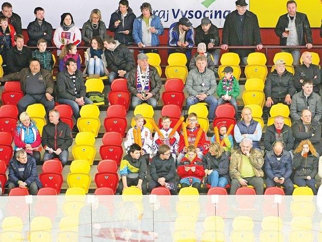 Na první přípravný zápas české reprezentace se Slovenskem dorazilo na Horácký zimní stadion velmi málo diváků. Při druhém utkání si našlo cestu na stadion více lidí.