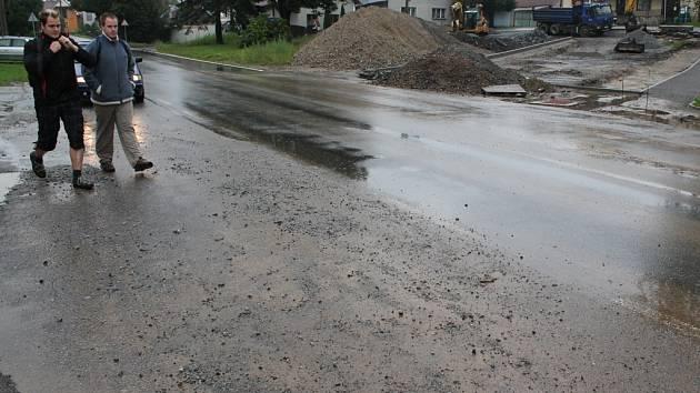 Přívalové deště neustále trápí obyvatele Jamného. O tomto víkendu jim voda zaplavila náves, vtrhla dokonce do několika sklepů. Ušetřen nebyl ani včera znovu otevřený obchvat u této obce. Ten se opravoval po škodách, které na něm v červenci voda napáchala.
