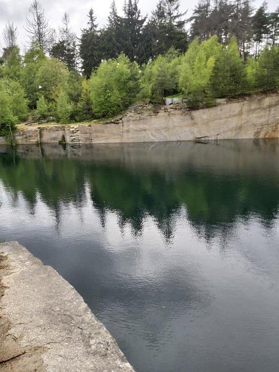 Průzračně křišťálová voda v lomu v Řásné. Ještě před jedenácti lety se zde normálně těžila žula.