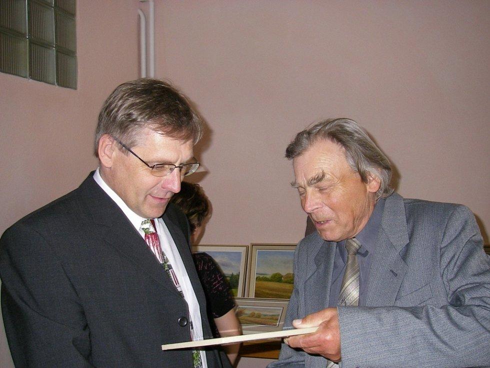 Vlevo starosta Sedlejova Miloš Uhlíř, vpravo malíř Antonín Nosek.