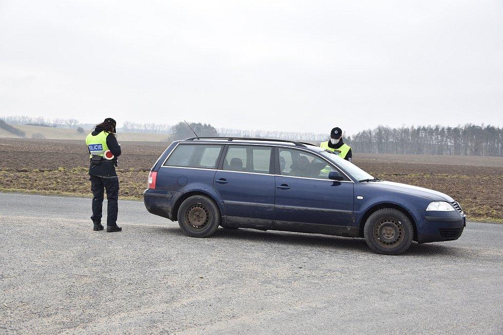 S kontrolami volného pohybu osob začali policisté na Třebíčsku, okolo půl jedenácté dopoledne hlídali silnici mezi Hostimí a Ohrazenicí.