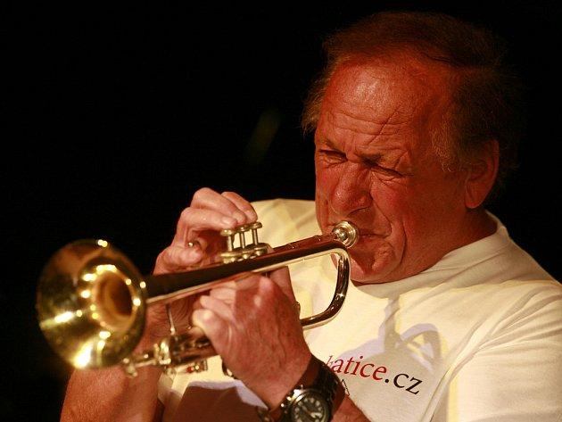 Laco Déczi se v jazzové špičce drží už pět desítek let.