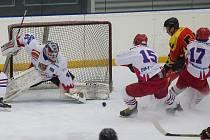 Hokejisté Telče (v bílém) chtějí hrát vysoko. Myslí i na titul krajského mistra.