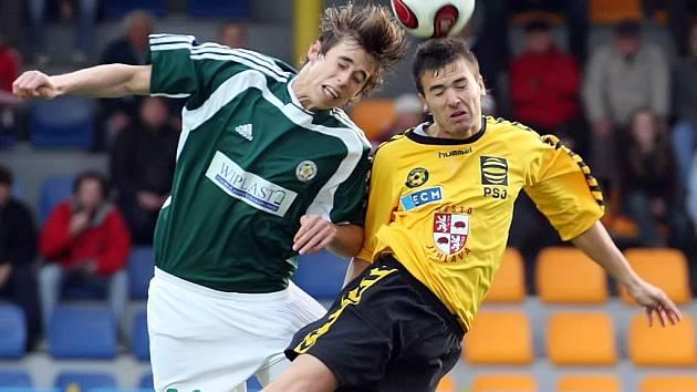 Jihlavský záložník Martin Dupal (vpravo) svádí vzdušný souboj s obráncem Hlučína Jiřím Barcalem v pátečním druholigovém zápase. Vysočina získala jen bod za remízu 0:0.