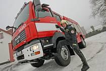 Nové hasičské vozidlo putovalo i k hasičům do Třeště (na snímku). Cena vozu se pohybuje kolem 5 milionů korun, jeho výška přesahuje 3,30 metru.