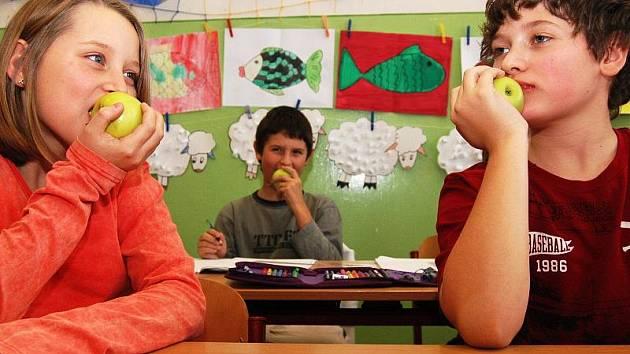 V některých rodinách je ovoce na denním jídelníčku. V jiných ho zase děti vidí jen svátečně. Program Ovoce do škol by tak měl děti přesvědčit, že ovoce je dobré a hlavně zdravé.