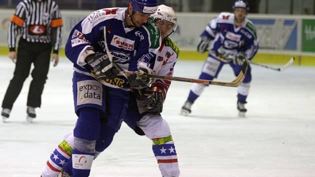 Překvapení na  ledě Komety z úvodu sezony hráči Třebíče nezopakovali. K vítězství brněnského týmu přispěl i útočník Ivan Padělek (v modrém).