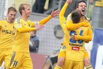 Tucet zásahů má už na svém kontě v této sezoně útočník Vysočiny Haris Harba (vpravo se raduje z nedělního gólu do sítě Brna). Jeho poslední střelecký zářez byl o to cennější, že jej přímo na tribuně za brankou viděla rodina, která dorazila z Bosny.
