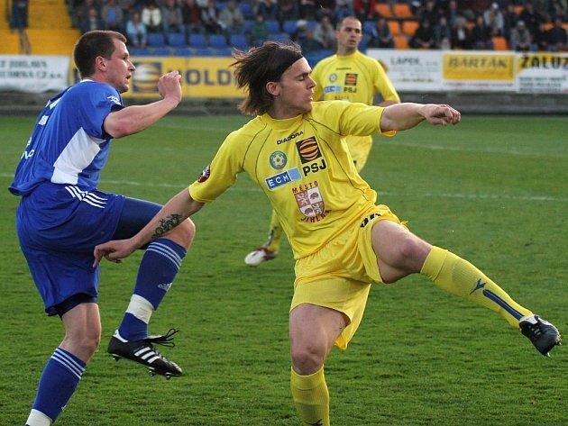 Obránce Ondřej Šourek (ve žlutém) se po karetním trestu vrací do stoperské dvojice k obvyklému parťákovi Michalu Kadlecovi.
