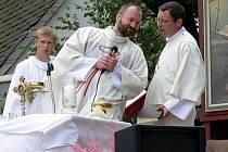 Erik Tvrdoň (na archivním snímku uprostřed), který je obviněný ze znásilnění minimálně jedné ženy a pohlavního zneužívání třináctileté dívky, změnil obhájce. Místo Jitky Michálkové je jím nyní Petr Carda.
