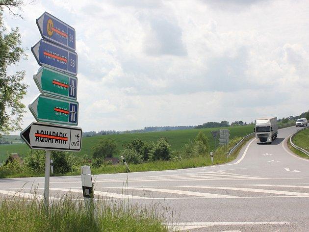 Cedule u silnice směřující na Pelhřimov upozorňují, že například do Aquaparku se tunelem nyní řidiči nedostanou.
