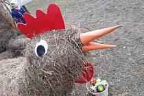 Ve Stonařově už mají Velikonoce. U silnice stojí obří zajíc i slepice