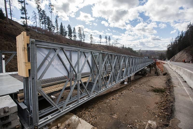 Mnoho peněz obvykle spolknou dopravní stavby. Na snímku zátěžová zkouška provizorního mostu na stavbě obchvatu Velkého Beranova. Ilustrační foto.