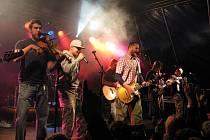 Dotázaní návštěvníci Čeřínekfestu se shodovali, že se nejvíce těší na vystoupení kapely Divokej Bill. Největší hity si společně s kapelou zpívaly desítky lidí.