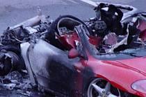 """Škoda za jeden a půl milionu korun, zraněný řidič a ohněm zničený luxusní """"sporťák"""". To je bilance dopravní nehody vozu Ferrari, jehož šofér havaroval v pondělí večer u Jihlavy."""