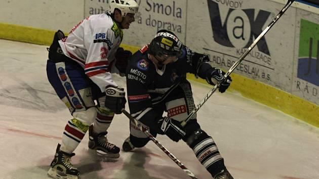 V první lize se hraje o poslední volná místa do play off. Třebíčští hokejisté (vlevo obránce Jan Koktan) stále doufají, že se jim podaří vyhnout bojům ve skupině play out.