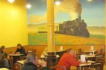 Že se restaurace nachází na nádraží, hned pozná každý podle typické výmalby.