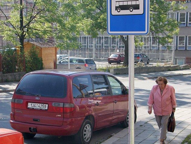 Neukázněnost. Řidiči ztěžují často svým nevhodným parkováním jízdu městské hromadné dopravy. V krajském městě je to zcela běžná praxe.