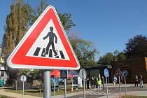 Dopravních značek je na hřišti poměrně hodně, děti se tam s nimi dobře seznámí.