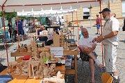 Postavičky, kapr s prasečím obličejem, zvířata, ale i budovy. To všechno vznikalo ze dřeva na 16. ročníku třešťského Dřevořezání během 5. a 6. července na náměstí T. G. Masaryka v Třešti.