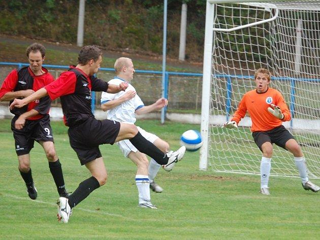 Jediný gól prvního poločasu vstřelil humpolecký Tomáš Pícha. Na snímku právě překonává domácího brankáře Lukáše Šamala.