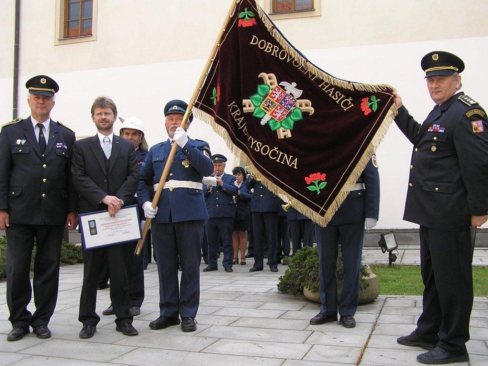 Desítky dobrovolných hasičů nejen z Vysočiny byly svědky předání unikátního praporu, který daroval kraj. Přítomen byl také hejtman kraje Vysočina Miloš Vystrčil (druhý zleva).