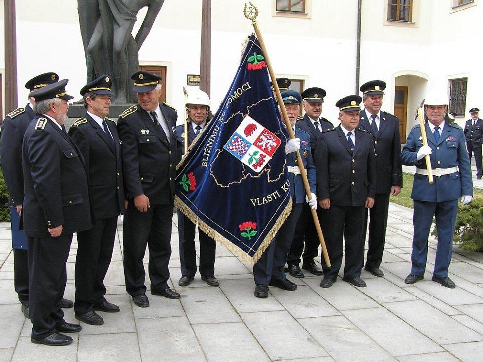 Desítky dobrovolných hasičů nejen z Vysočiny byly svědky předání unikátního praporu, který daroval kraj.
