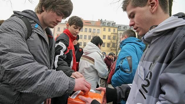 Petřini kamarádi vybírali peníze třeba i do pokladniček při pietní akci na jihlavském Masarykově náměstí.