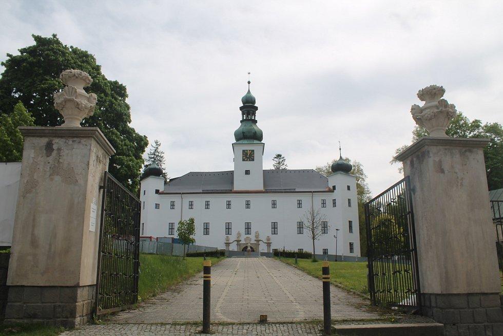 Novorenesanční zámek Třešť stojí nedaleko centra města.