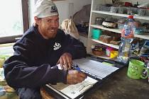 Kromě čištění komínů patří k práci kominíka Davida Rydla také vyplňování zpráv o provedení kontroly.