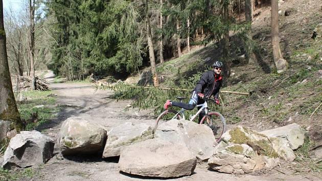 Takto vypadala zatarasená cyklotrasa Jihlava – Třebíč – Raabs v květnu. Nyní jsou balvany pryč, na vlastní náklady je odvezla obec.