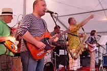 Kapela Parník v pivovarské zahradě odehrála své i převzaté písně. Čtyřčlennou sestavu doplnili i dva hostující muzikanti.
