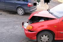 Přehlížení značek se vymstilo řidiči osobního vozu VW Polo.