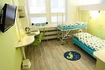 Nový nemocniční pokoj pro děti působí útulně.
