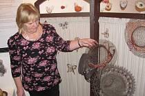 Věra Studená (na snímku) v Jihlavě vystavuje své nejhezčí klobouky a také motýly.