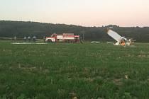Letecká nehoda na Hané. Nad Dlouhou Loučkou na Olomoucku se srazila v sobotu večer dvě ultralehká letadla. Při nehodě zemřel pětašedesátiletý pilot. Dvoučlenná posádka druhého letounu, byli se zraněními transportováni do FN v Olomouci.